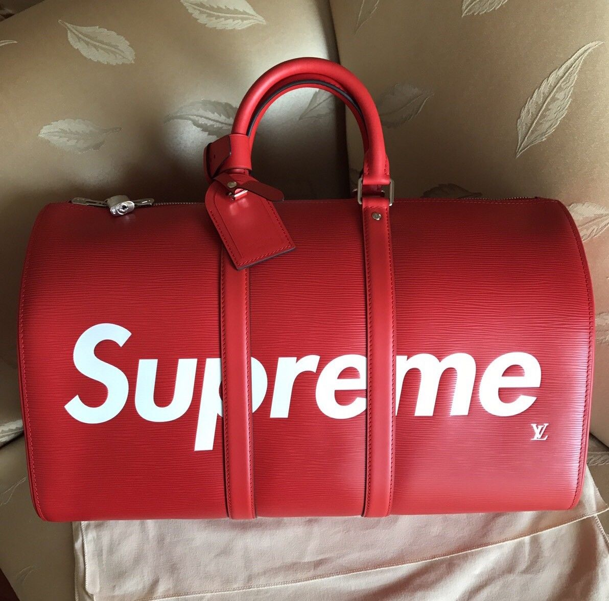 ... Le sac de voyage bandoulière Louis Vuitton X Supreme Keepall, version  rouge, ... aa6e4dcec85