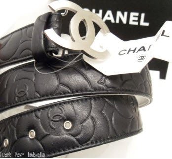 Une ceinture en cuir noir